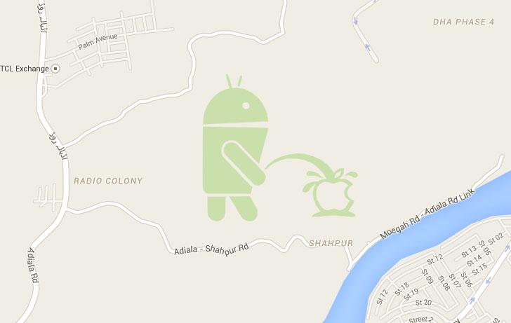 Google Maps kaartidelt leiab kujundi, kus Androidi maskott urineerib Apple logo peale.